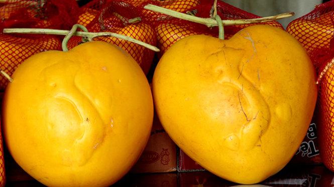 Dưa hấu vàng hình trái tìm có in hình đất nước Việt Nam