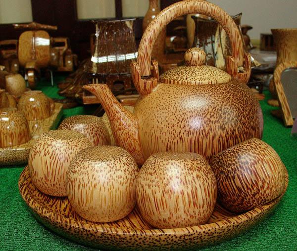 Bình trà nhỏ làm bằng gỗ cây dừa